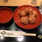 出汁でいただく「明石焼き」とソースや鰹節なんかの「たこ焼き」の悩ましいカンケイを大阪・梅田のたこ八で考える。