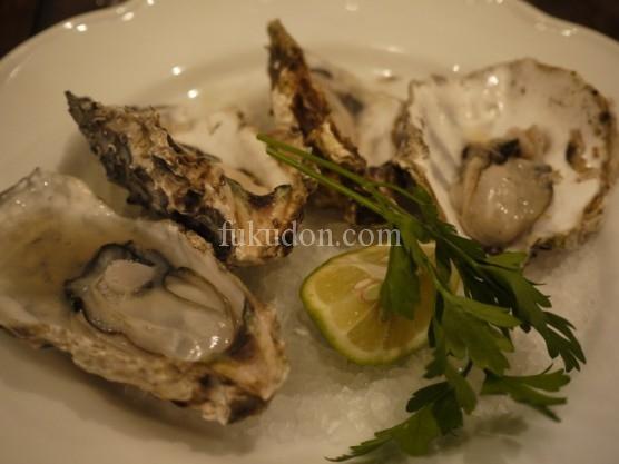 三重県浦村産 殻付き牡蠣を軽く蒸し焼きにしてオリーブオイルとレモンで