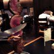 店員さんがテーブルまでお肉を持ってやってきて目の前で切って取り分けてくれる。