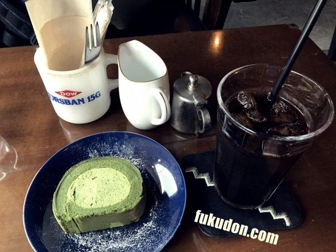 抹茶のロールケーキとアイスコーヒー